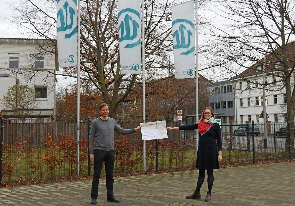Joseph Wachtel, Leiter der Abteilung Kommunikation und Marketing bei Strube D&S, und Elisabeth Hüsing, Direktorin der Stiftung Zukunft Wald, bei der Spendenübergabe.