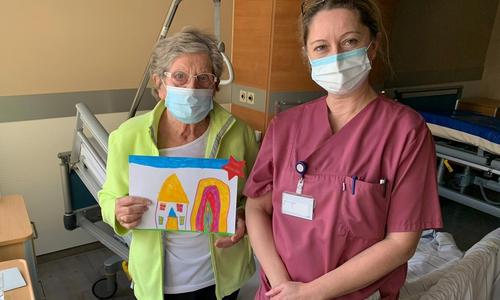 Patientin Lieselotte Sommermeyer freute sich gemeinsam mit Bettina Häger, Leitung Station 1.2, über die kleine Aufmunterung.