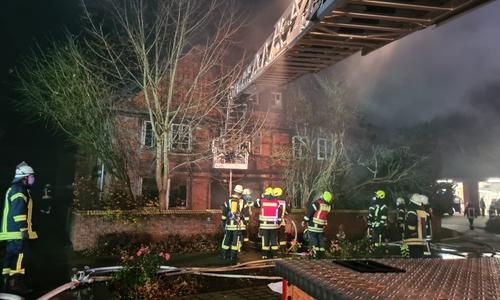 Auch die Drehleiter der Peiner Feuerwehr war im Einsatz.