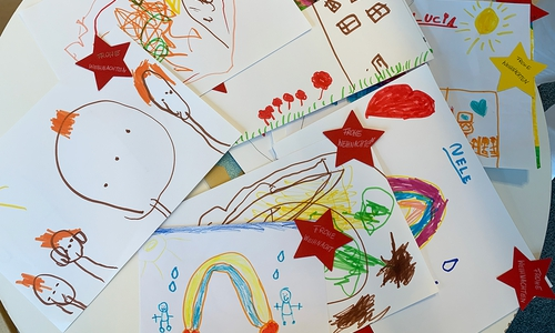50 ganz individuelle Kunstwerke haben die Jungen und Mädchen der Kita Alter Weg angefertigt.