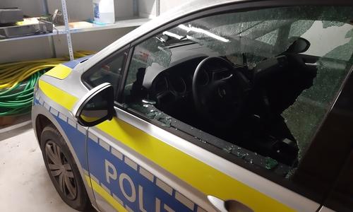 Der Funkstreifenwagen der Polizei nach dem mutmaßlichen Schuss.