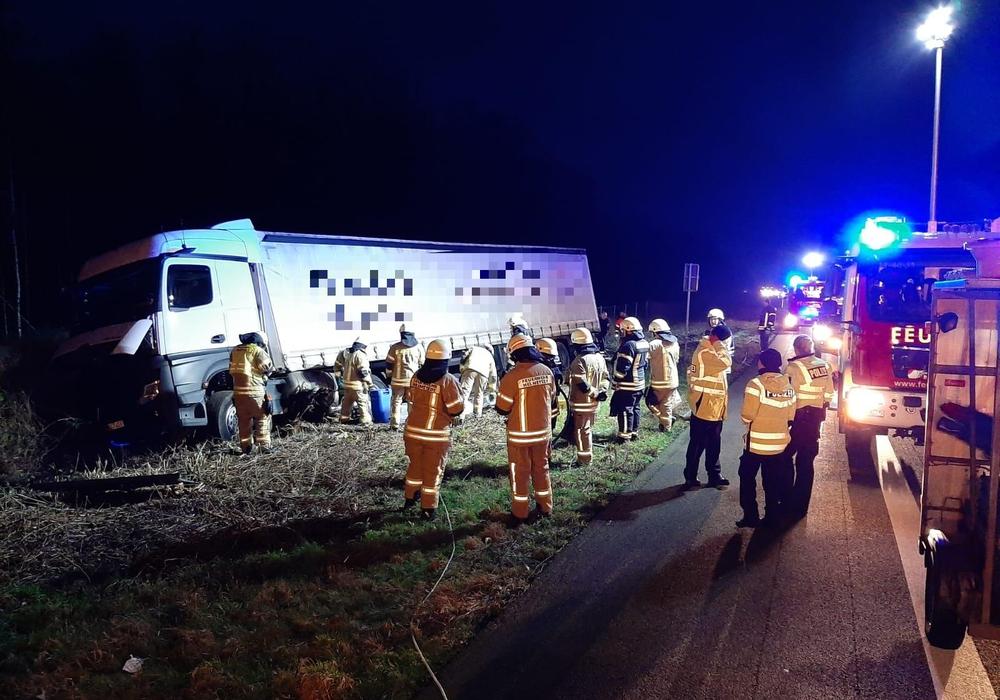 Der verunfallte LKW. Die Feuerwehr ist im Einsatz.