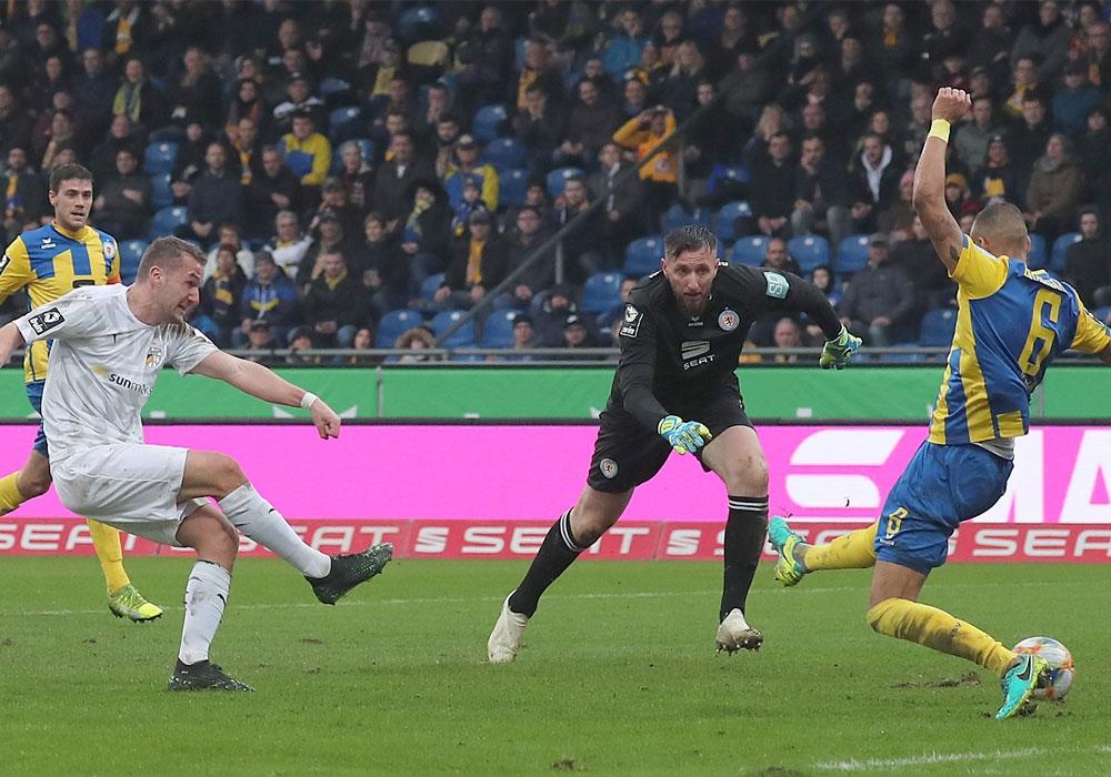 Die Quittung für eine schwache erste Halbzeit: Julian Günther-Schmidt (li.) erzielt das 0:1.