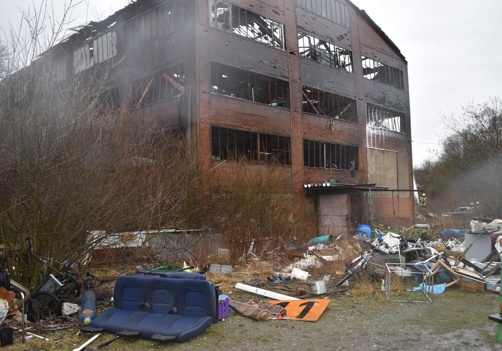 Von dem historischen Gebäude blieb nicht mehr als eine schwelende, Einsturzgefährdete Ruine.