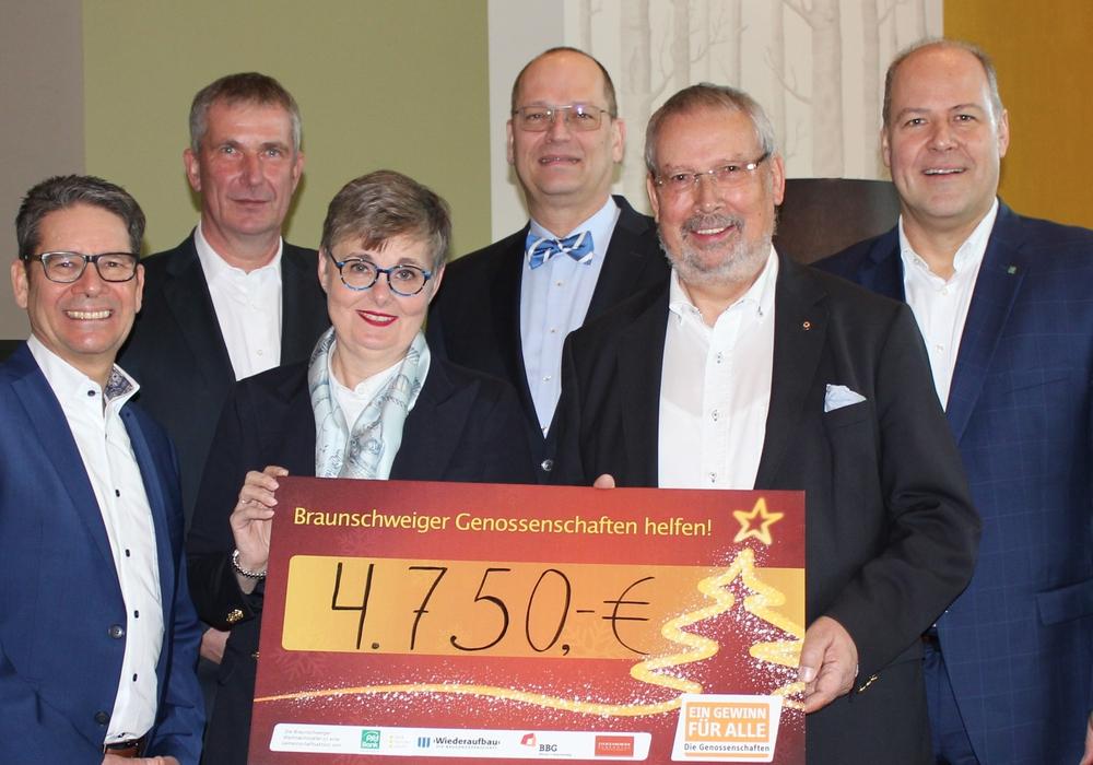 v.l. Andreas Gehrke (BBG), Torsten Böttcher (Wiederaufbau), Nicoline Leven (Tafel-Geschäftsführerin), Joost Smeulders (Steigenberger), Bernd Assert (Tafel-Vorsitzender), Carsten Graf (PSD Bank).