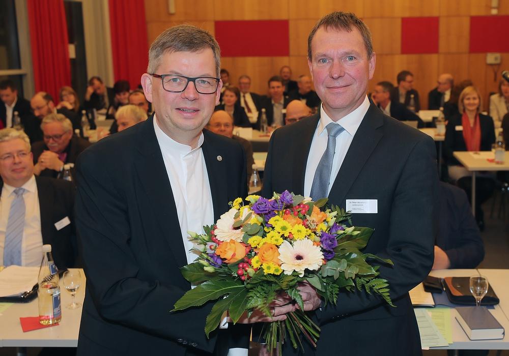 Landesbischof Dr. Christoph Meyns (links) gratuliert Dr. Peter Abramowski zur erfolgreichen Wahl.