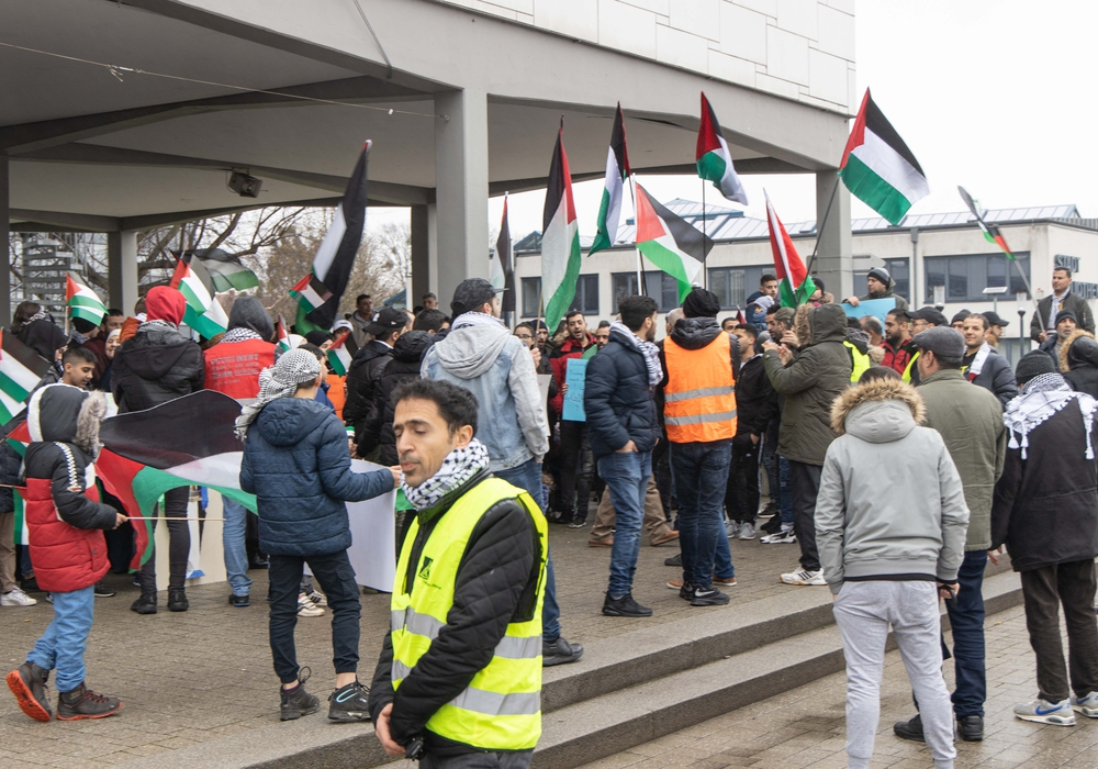 Etwa hundert Personen demonstrierten vor dem Rathaus in Lebenstedt.