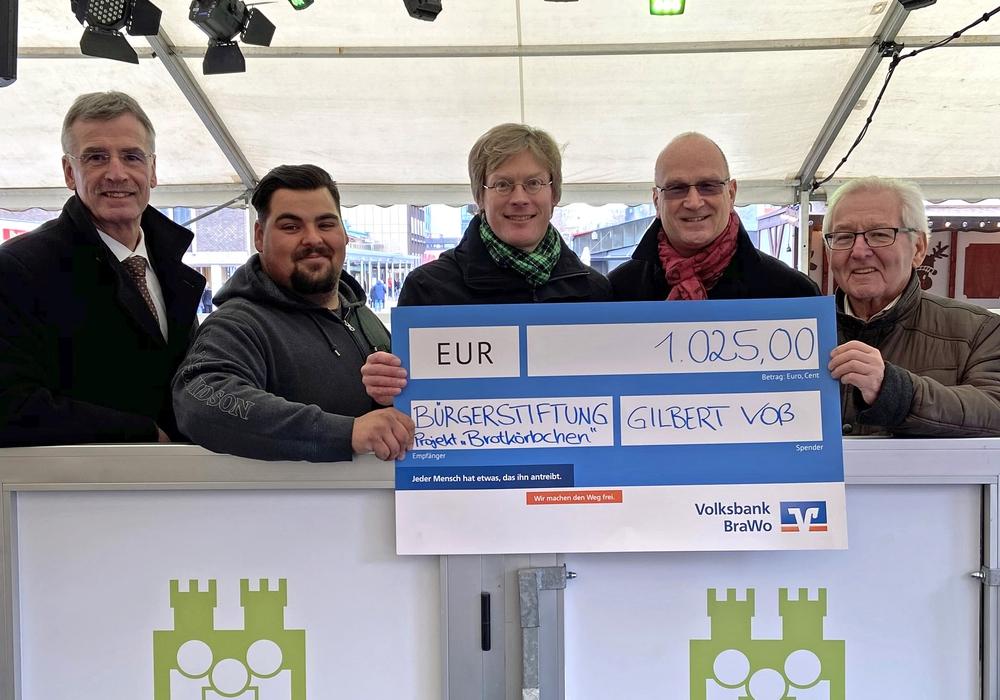 Von links: Manfred Hüller (Stellv. Vorstandsvorsitzender und Geschäftsführer Bürgerstiftung Wolfsburg), der Wolfsburger Schausteller Gilbert Voß, Dr. Tim Schumacher (Geschäftsführer VfL Wolfsburg), Frank Hitzschke (Citymanager WMG) und Dr. Udo-Willi Kögler (Vorstandsvorsitzender Bürgerstiftung Wolfsburg).