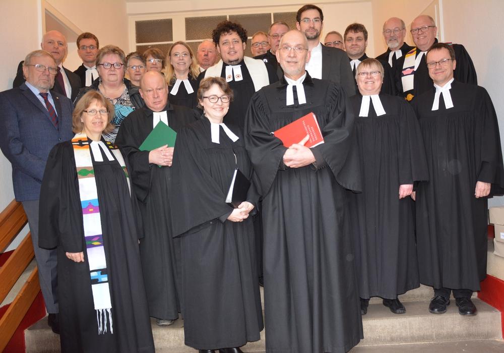 Pastorin Schliephake vorn Bildmitte mit Superintendent Dr Menke im Kreis von Kollegen und Kirchenvorstehern.