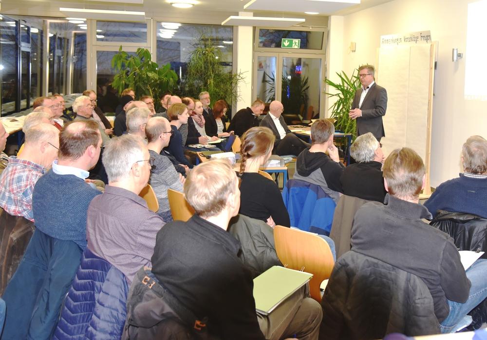 WWL-Geschäftsführer Ralf Johannes mit Workshop-Teilnehmern.
