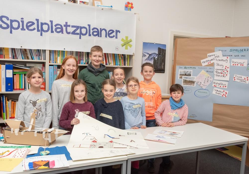 """Die acht- bis elfjährigen Kinder präsentieren in den Räumen der Stadtjugendpflege ihre Pläne für den neu geplanten Spielplatz """"Kalkweg""""."""