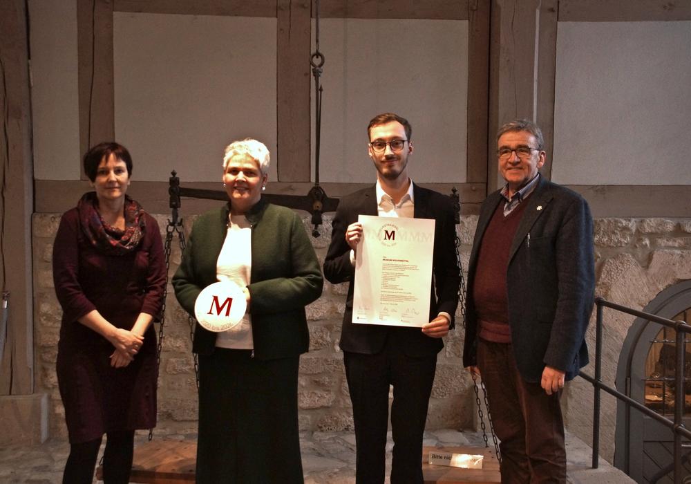 Die Leiterin des Kulturbüros Alexandra Hupp, die Leiterin des Museums Wolfenbüttel, Dr. Sandra Donner, der wissenschaftliche Mitarbeiter Sebastian Mönnich und Bürgermeister Thomas Pink mit dem Zertifikat und dem Gütesiegel.