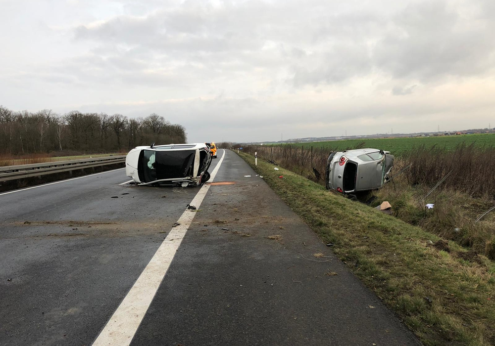 Die beiden Fahrzeuge überschlugen sich und blieben auf der Seite liegen.