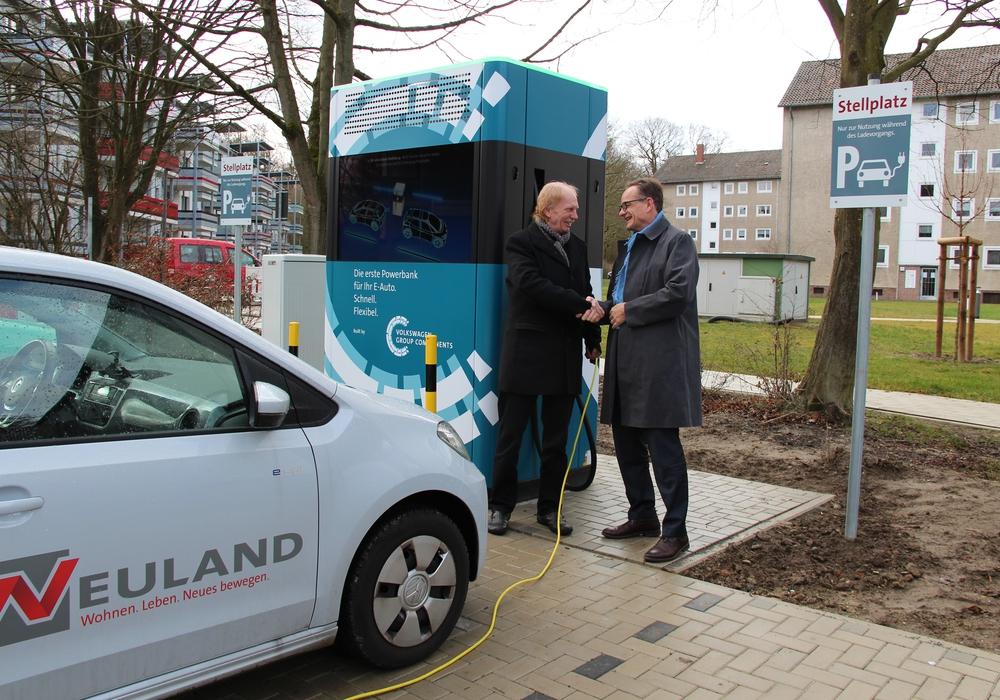 Von links: Michael Leipelt, Geschäftsführer der Volkswagen Immobilien und Hans-Dieter Brand, Geschäftsführer der NEULAND, vor der Schnellladesäule im Vogtlandweg.