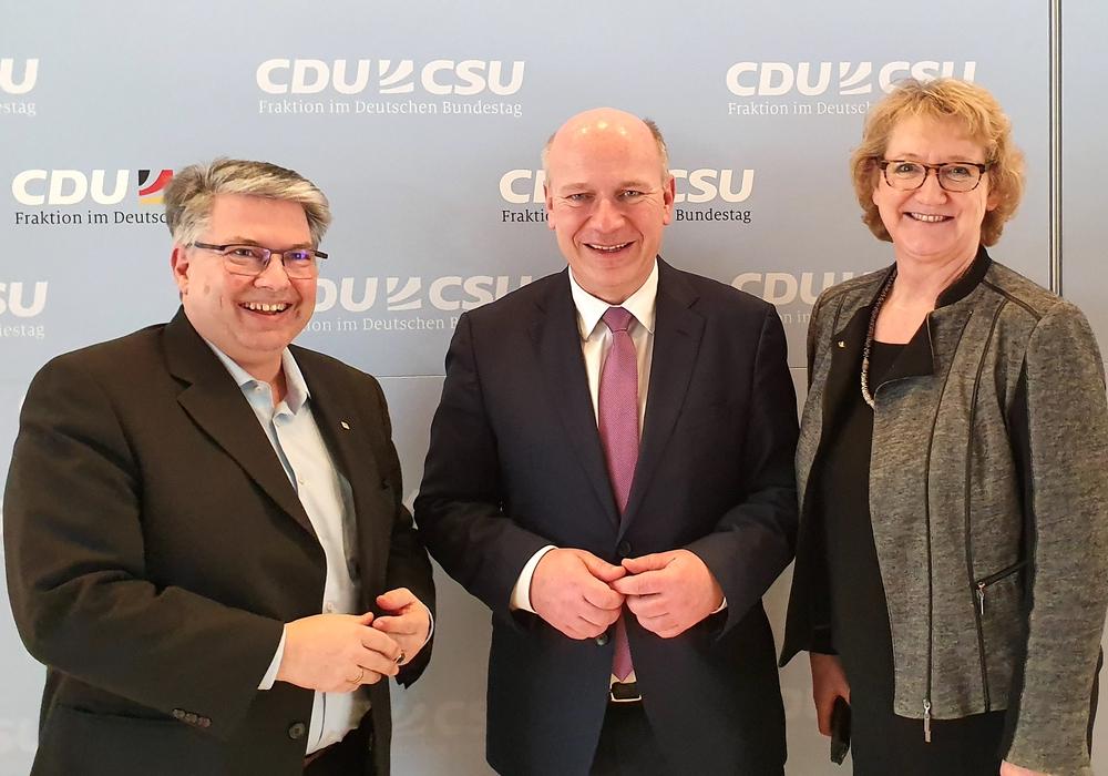 Andreas Otto (vdw-Verbandsratsvorsitzender und Vorstand der Gifhorner Wohnungsbau-Genossenschaft), Kai Wegner (wohnungspolitischer Sprecher der CDU/CSU- Fraktion) und Ingrid Pahlmann (CDU-Bundestagsabgeordnete) (v. li.).