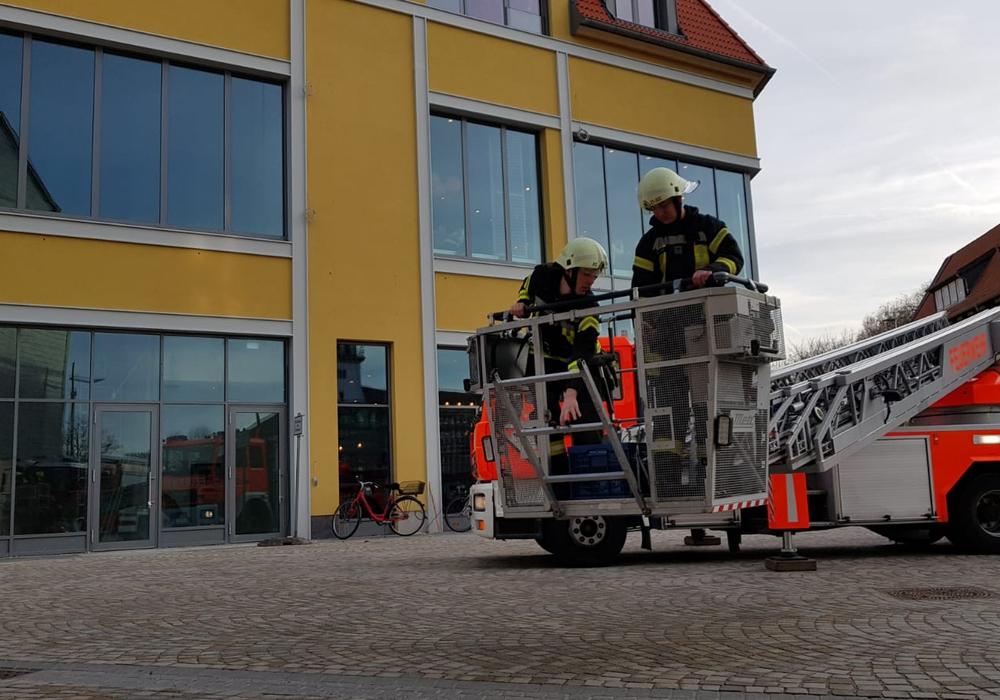 Die Feuerwehr musste mit einer Drehleiter anrücken.
