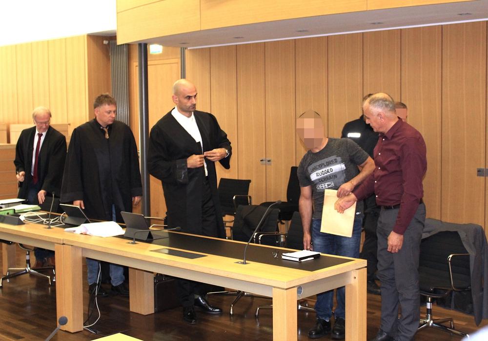 Der Angeklagte mit seinen drei Anwälten und dem Dolmetscher beim Prozessauftakt im August.
