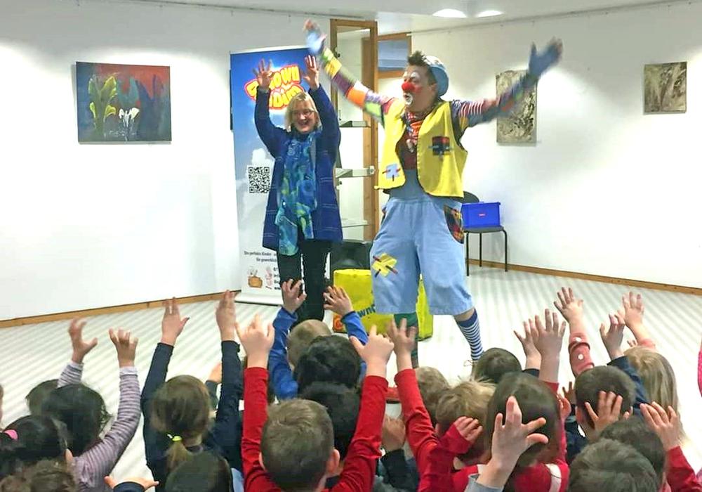 """Barbara Henning und Clown """"DimDim"""" animierten die Kinder zum Mitmachen."""
