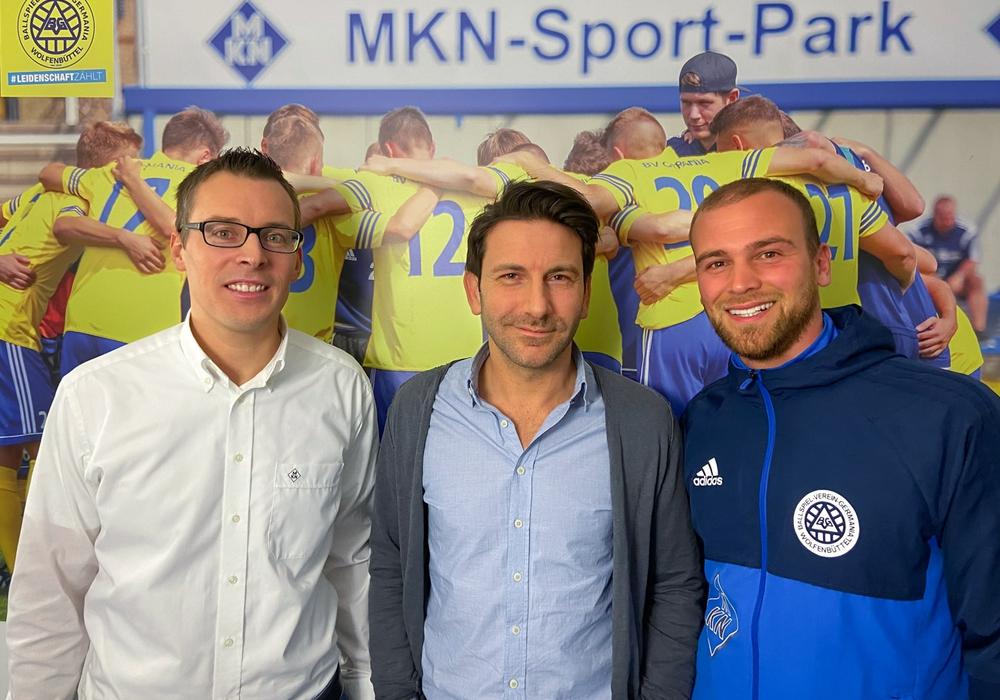 Offizielle Vorstellung (vlnr): Fabian Wohlgemuth (2. Vorsitzender), Habil Turhan (zukünftiger Sportlicher Leiter), Christoph Taute (aktueller Sportlicher Leiter)