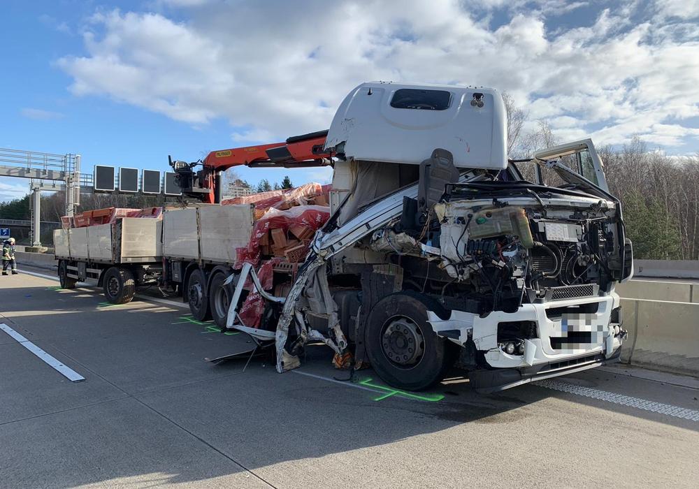Der Fahrer des LKW wurde bei dem Unfall schwer verletzt.