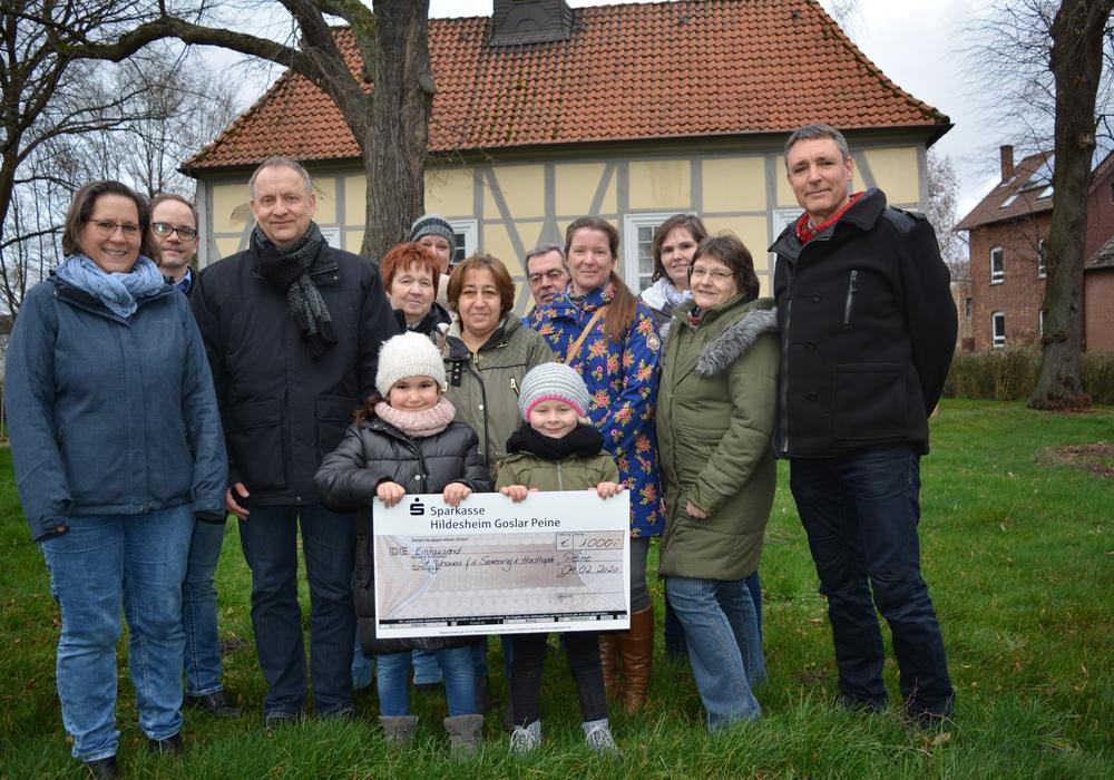 Die Organisatoren des Telgter Adventsmarktes übergaben eine 1.000 Spende an die Kirchengemeinde St. Johannis.