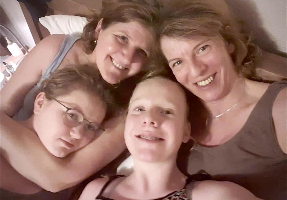 Hinten links: Patientin Nicole mit Ihren engsten Vertrauten.