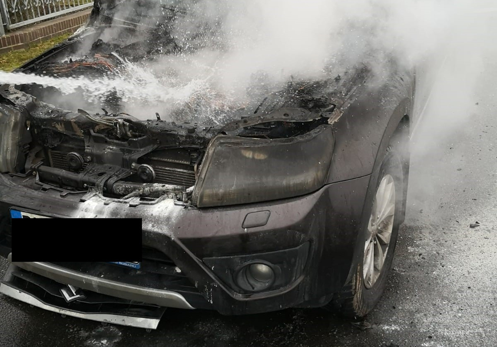 Der brennende Geländewagen.