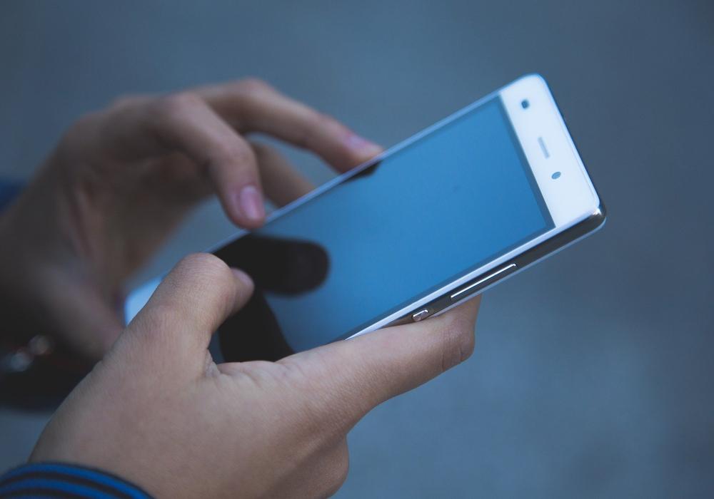 Die Jobsuche klappt auch mit dem Smartphone. Symbolbild.