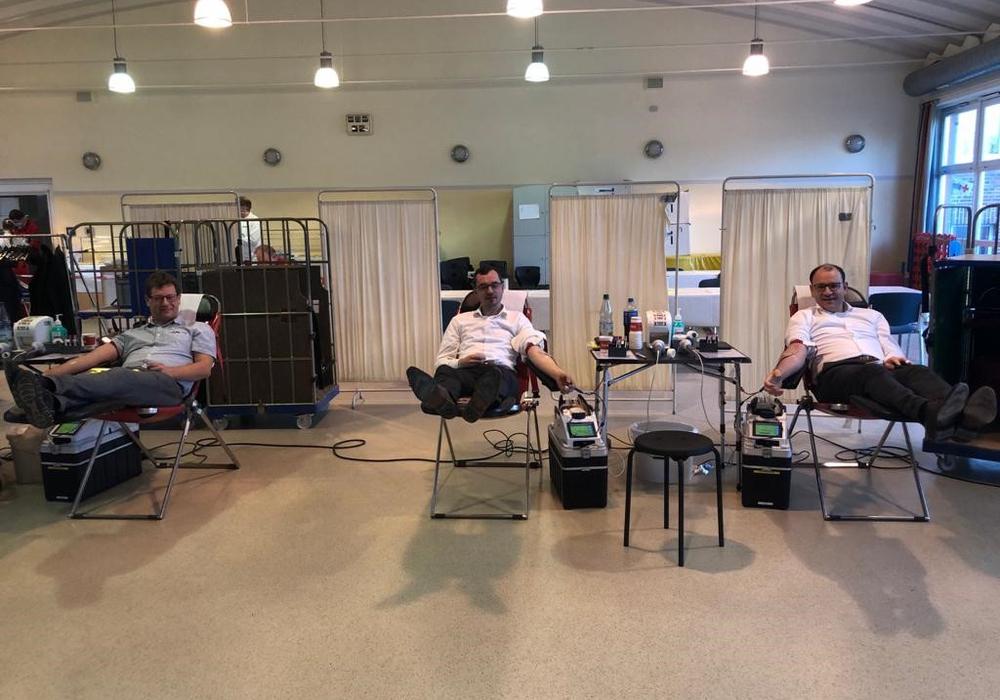 Spendeten gemeinsam Blut, als Appell an die Bürger:  v.l. Seesens Ärzteschaft-Sprecher,  Schildautal-Kliniken-Geschäftsführer Sebastian von der Haar, Steffen Pallinger, Bürgermeister Erik Homann.
