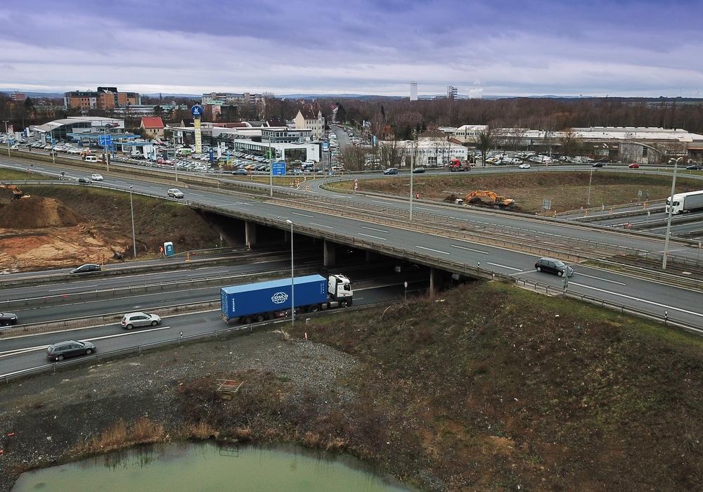 Die Brücke am Autobahnkreuz Braunschweig-Süd wird abgerissen.