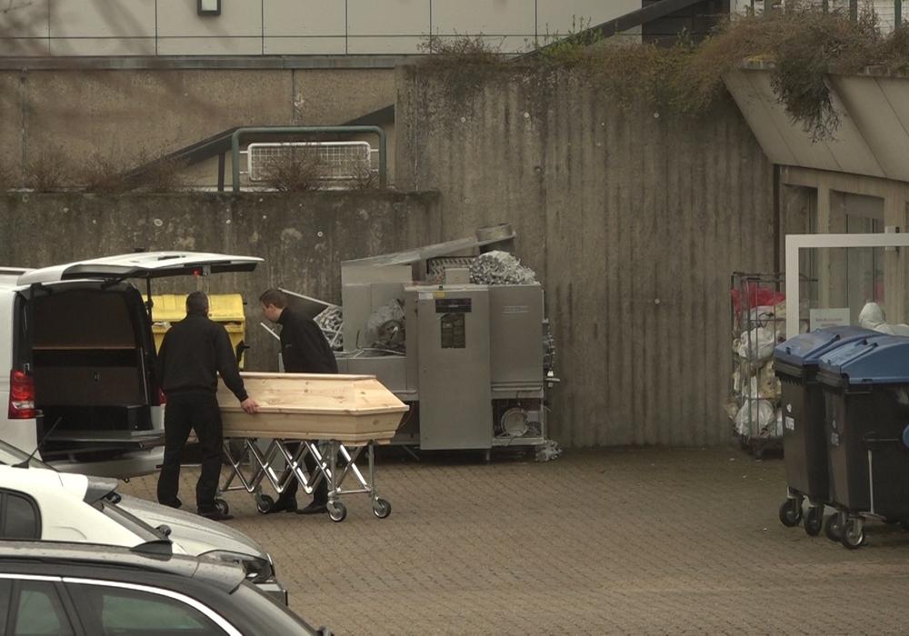 Bereits 15 Bewohner sind an den Folgen der Coronavirus Infektion gestorben. Immer wieder müssen die Leichenwagen am Hanns-Lilje-Heim in Wolfsburg vorfahren.