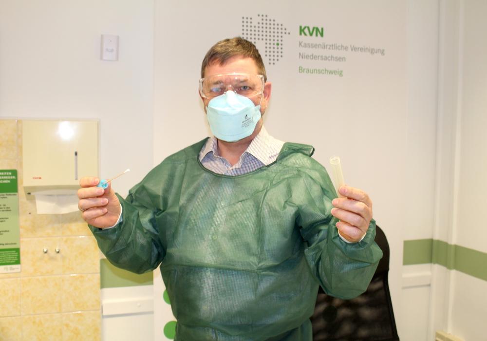 Dr. Thorsten Kleinschmidt in voller Ausrüstung mit dem Werkzeug, mit dem die Abstriche durchgeführt werden.