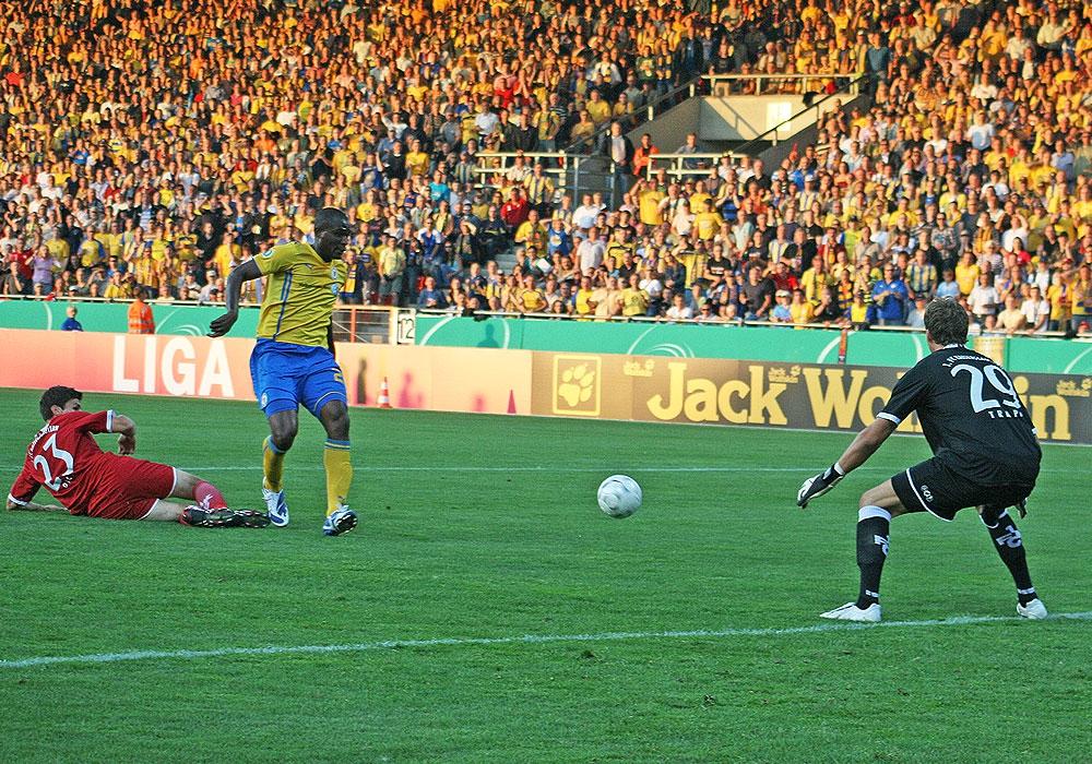 """Durch seine eher unkonventionelle Spielweise wurde """"der King"""" schnell ein Publikumsliebling in Braunschweig, hier am 1. August 2009 im DFB-Pokal gegen Lauterns Kevin Trapp."""