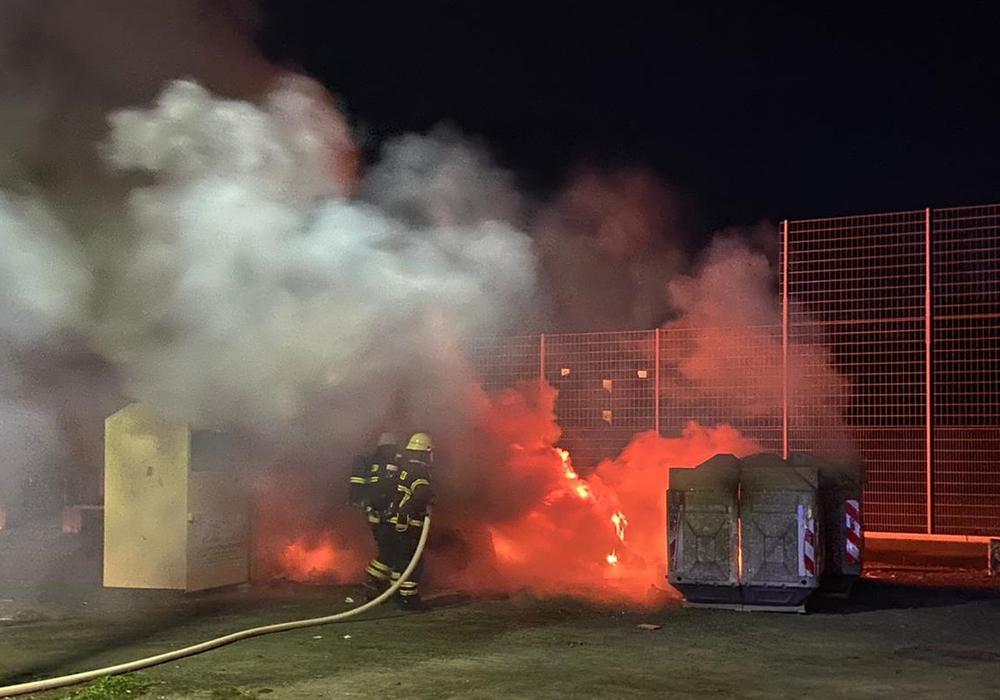 In der Nacht zu Dienstag brannte ain Altpapiercontainer auf dem Schützenplatz.