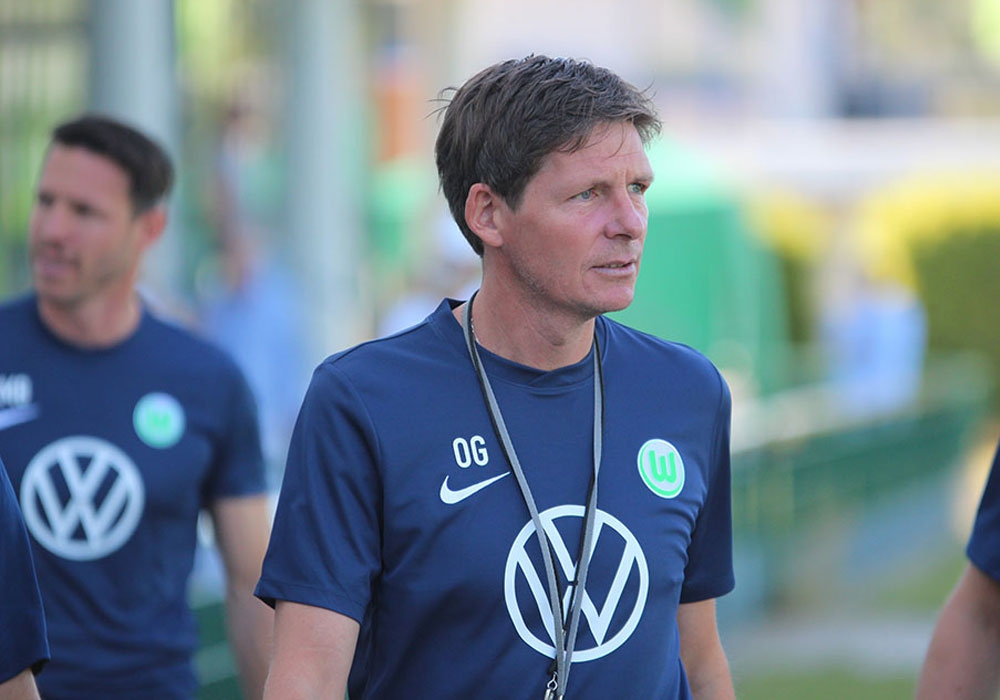 Chef-Wolf Oliver Glasner bittet seine Mannschaft zum Training.