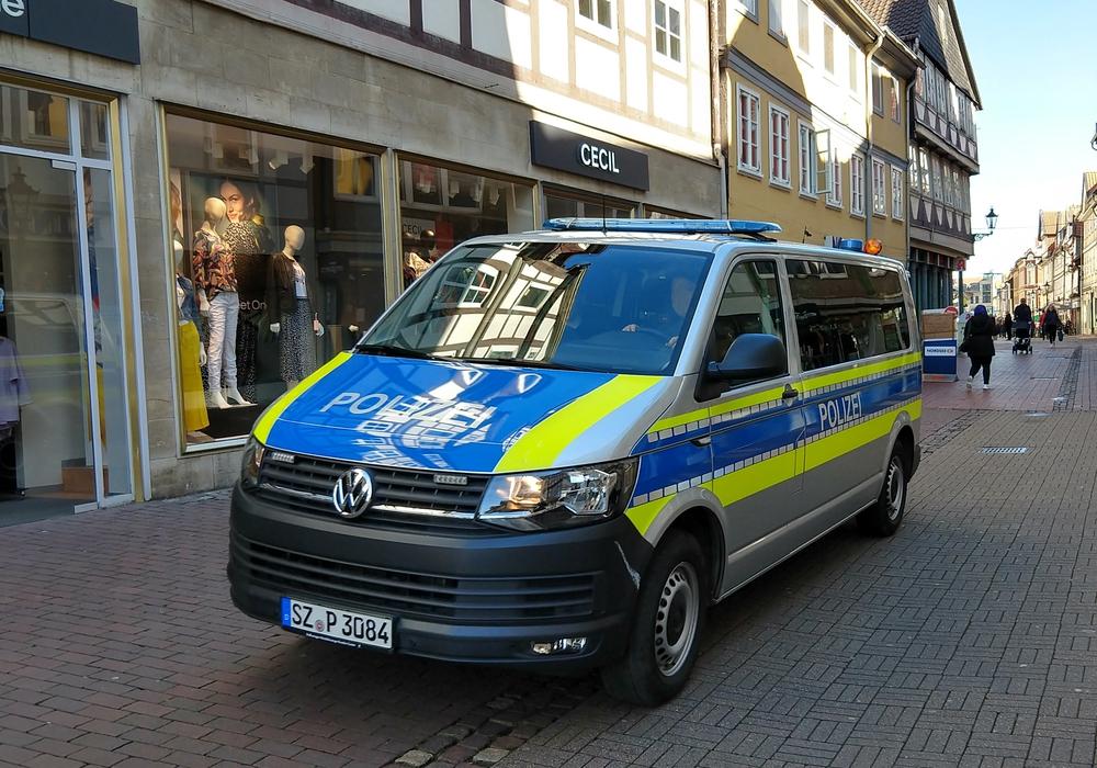 Auf Streifzug durch die Fußgängerzone. Auch die Polizei kontrolliert die Einhaltung von Ladenschließungen und Versammlungsverboten. (Symbolbild)