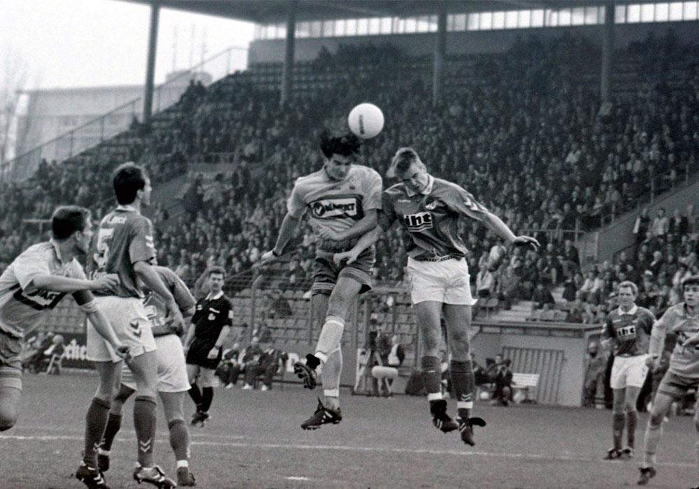 Eintracht Braunschweig gegen VfB Lübeck am 28. März 1998: Leo Maric köpft ein zum 1:0 (16.). Das Spiel der Regionalliga Nord endete 2:1 für die Löwen.