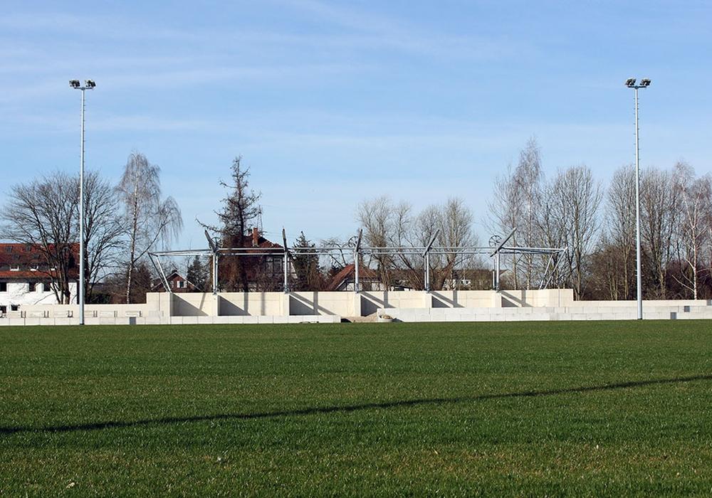 Die neue Tribüne des Meesche-Stadions wächst, der Rasen erstrahlt saftig grün.