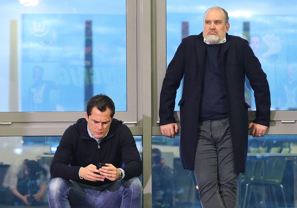 Wie geht es weiter in der Bundesliga? Wolfsburgs Geschäftsführer Sport, Jörg Schmadkte (re.), und Sportdirektor Marcel Schäfer sind in der Krise gefragt.
