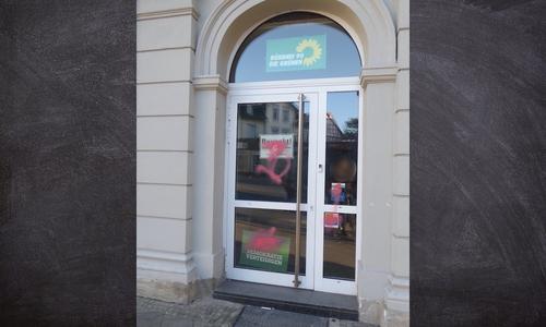 Die Tür des Parteibüros wurde mit Farbe beschmiert.
