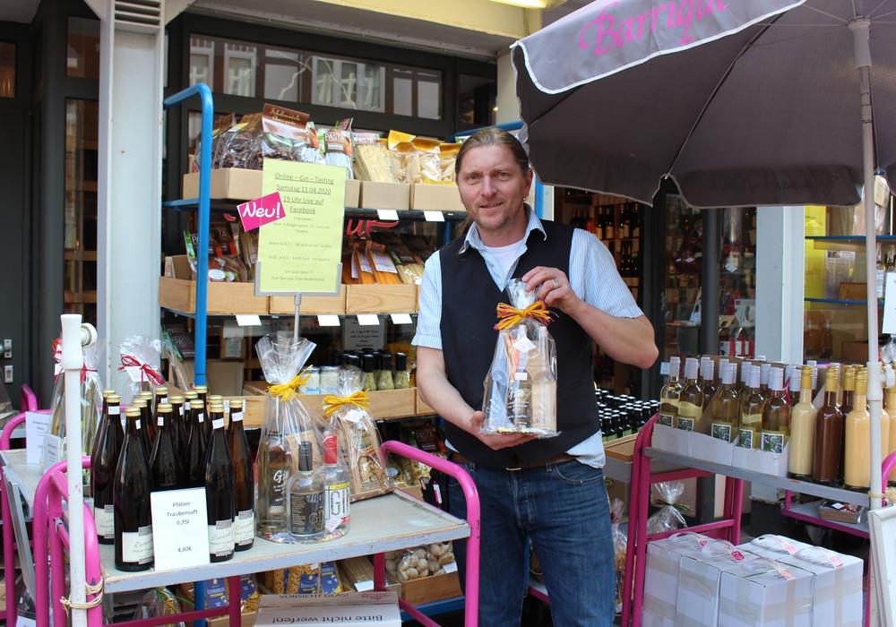 Inhaber Jörn Zeisbrich stellt sein neues Angebot vor: Whiskeytasting von zuhause aus.