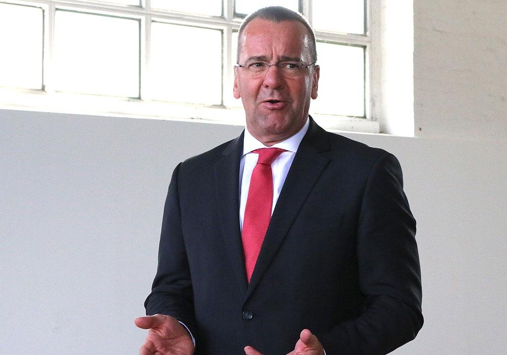 Niedersachsens Innen- und Sportminister Boris Pistorius betätigt, dass Spitzensportlerinnen und Spitzensportler wieder trainieren dürfen.