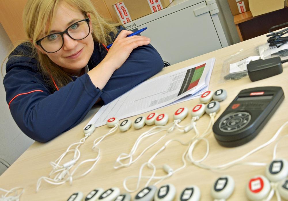 """Malteserin Mareike Maasberg mit ihren """"Funkfingern"""", die den Kontakt zwischen Patient und Pflegekraft herstellen"""