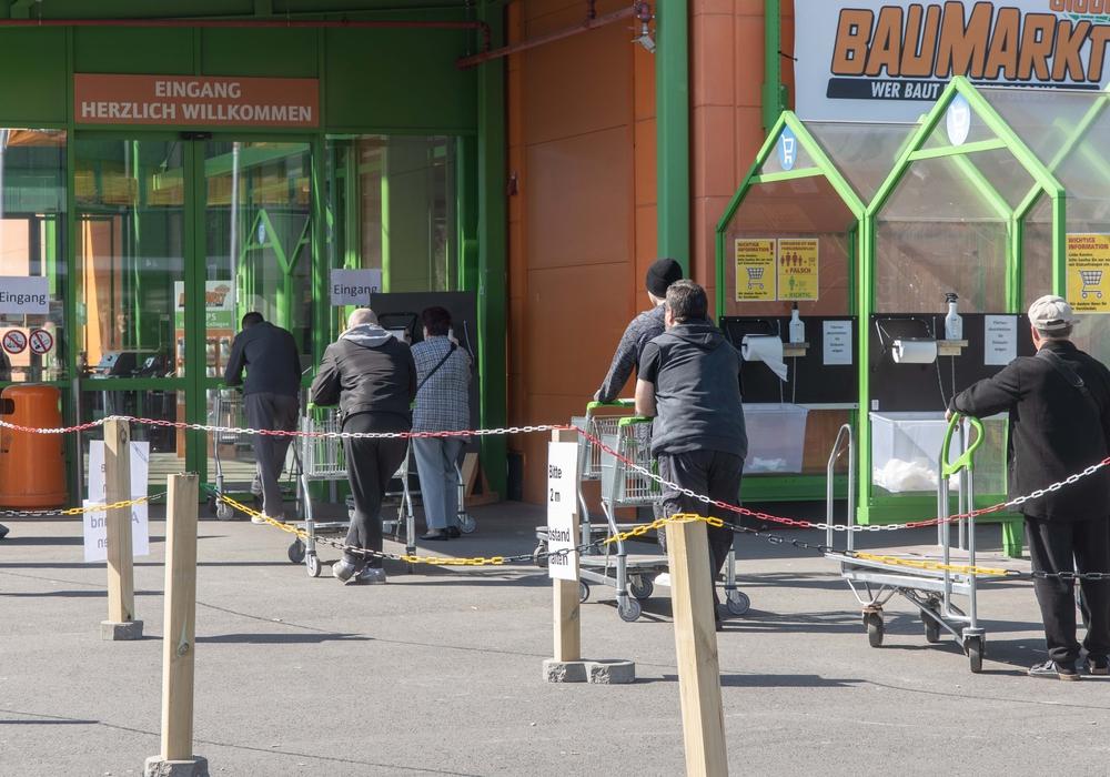 Schlange vor einem Globus-Baumarkt in Salzgitter. (Archivbild)