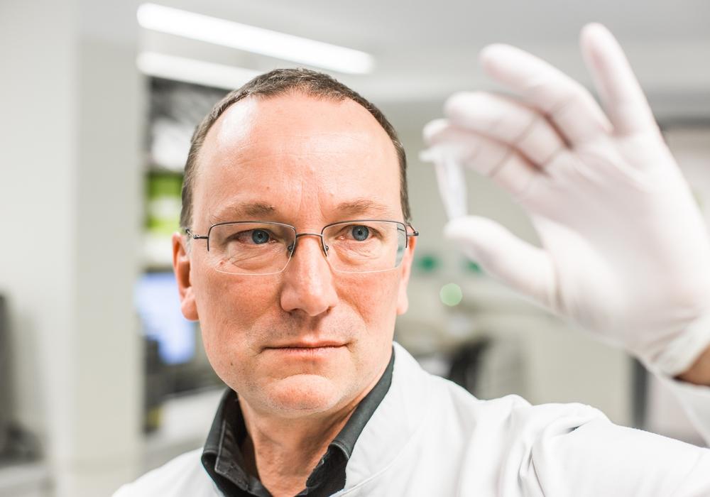 Der Leiter der Zentralen Einrichtung für Molekulare Diagnostik (ZEM) im Institut für Pathologie, Dr. Horst Hannig.