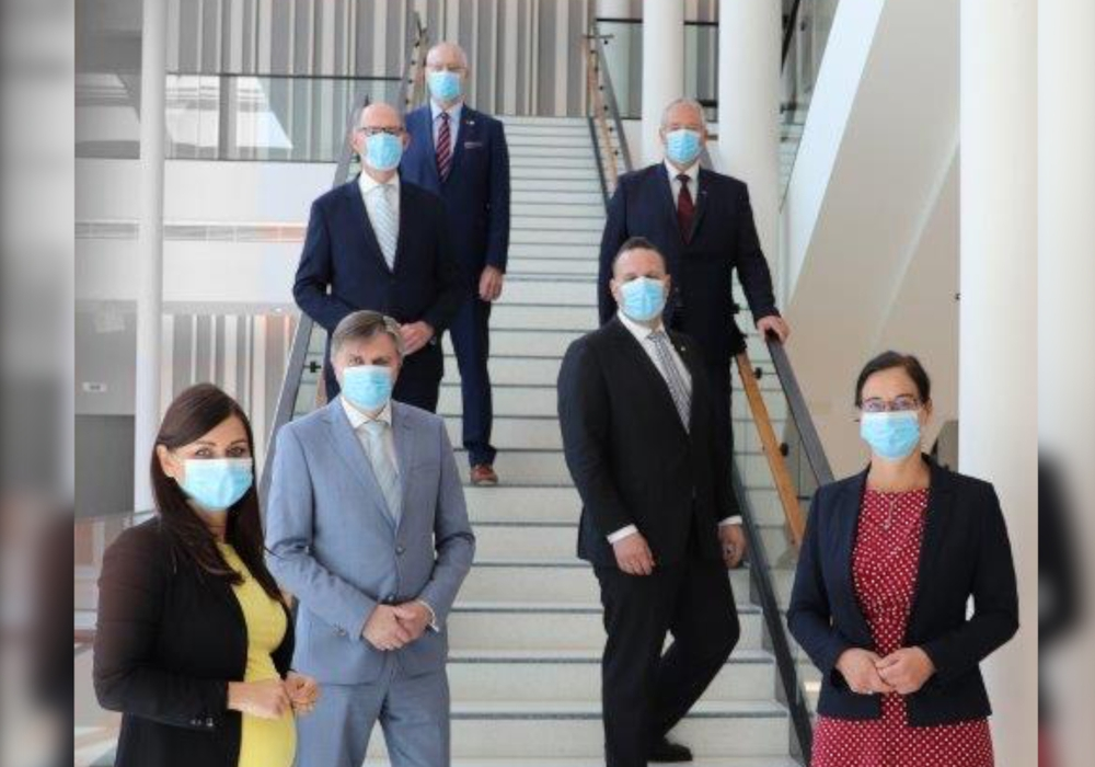 Die HIBS-Gruppe, geschlossen und doch mit dem vorgegebenen Sicherheitsabstand, im Niedersächsischen Landtag. Ab Montag sind in weiten Teilen unseres öffentlichen Lebens Mund- und Nasenschutz zur Pflicht - so sieht das dann aus.