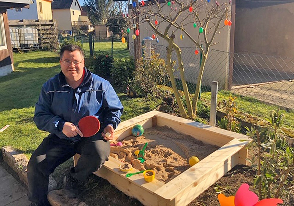 Günter Hoffmann hat für seinen kleinen Sohn einen Sandkasten gebaut.