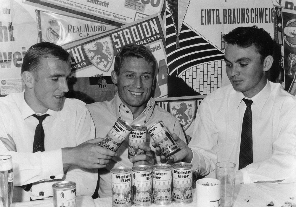 Legenden unter sich: Peter Kaack, Jürgen Moll und Gerd Saborowski (vl.) genießen eine Dose Meisterbier.