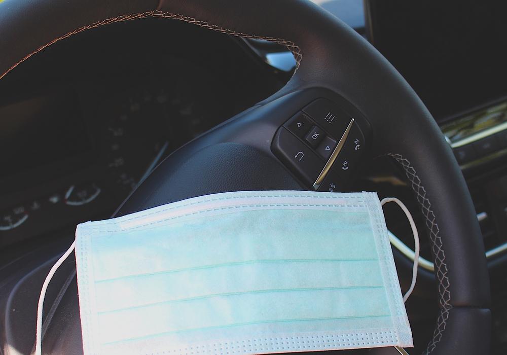 Eine medizinische Maske im Auto ist dennoch der Mindeststandard. Symbolbild.
