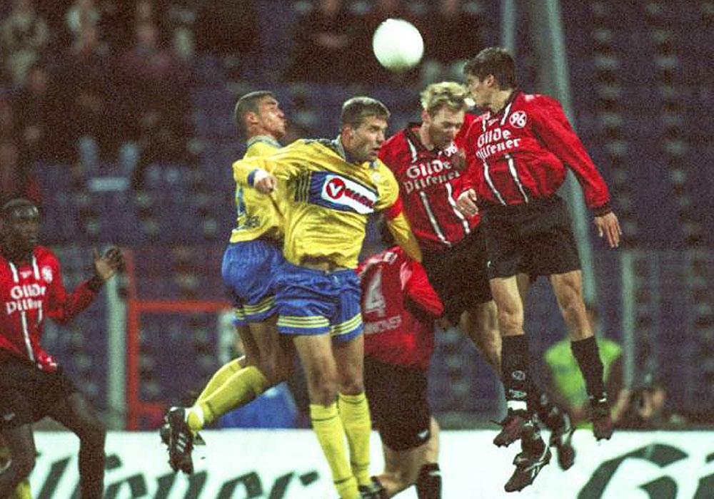 1:1 im Derby am 09. November 1997 (vl.): Abayo Arobieke und Löwenkapitän Thomas Pfannuch gegen Hannovers Carsten Linke und Markus Kreuz.